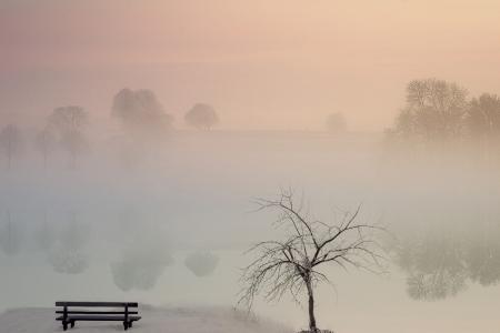 烟雾缭绕的湖泊