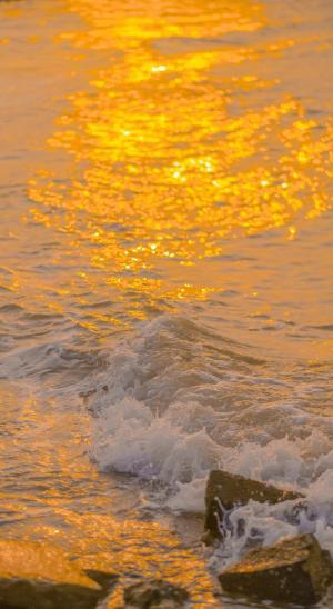 黄昏下的海浪风光