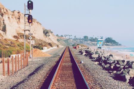 海滩边的铁轨唯美风景