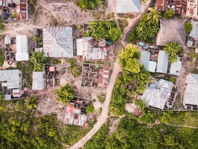 俯拍自然生态下的村庄